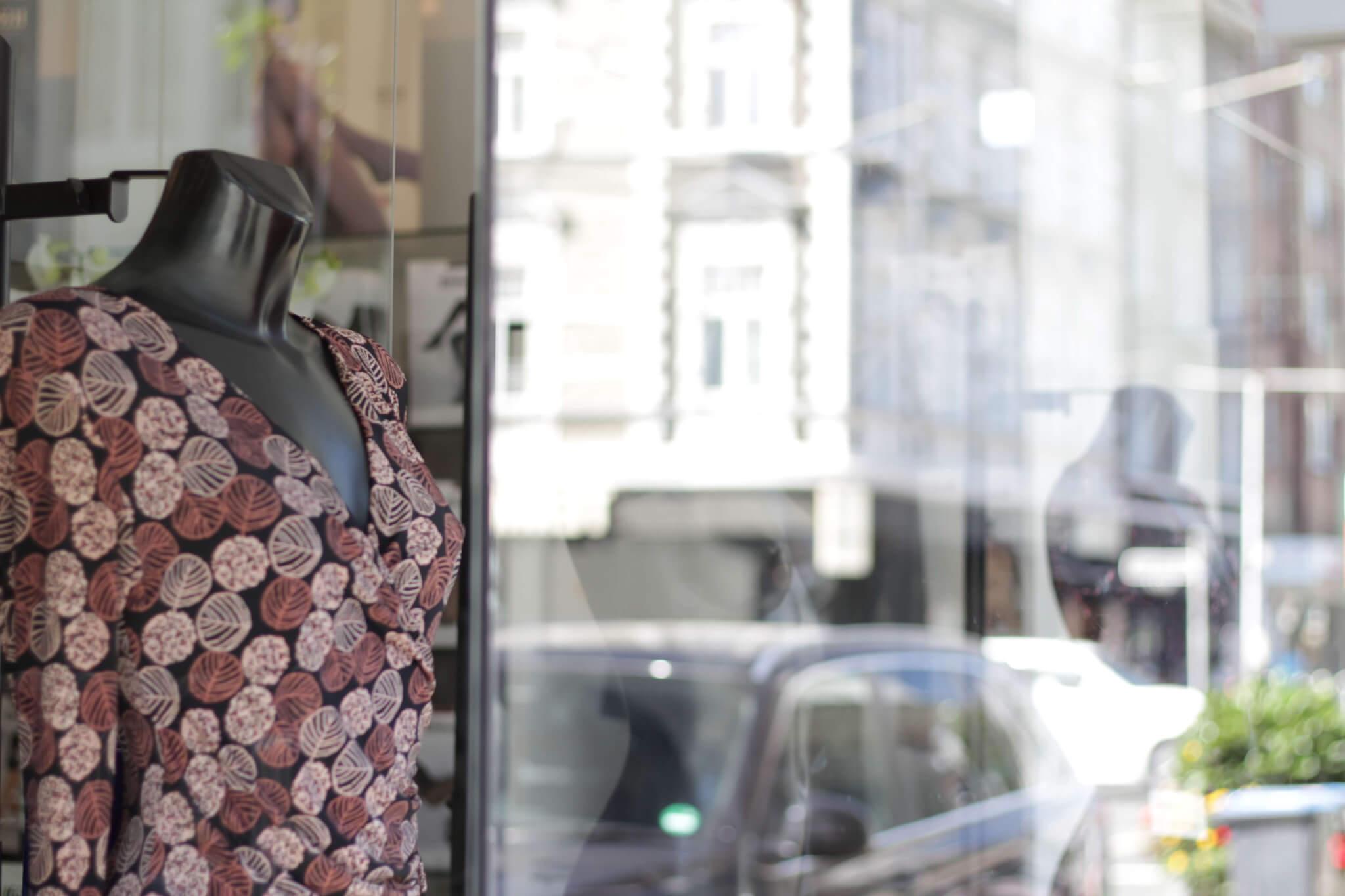 Pumpe Schaufenster Kleid