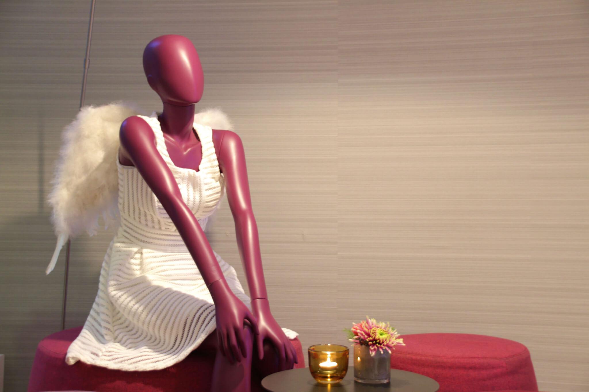 Pinke Schaufenster-Puppe Engel-Kostüm
