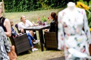 Tisch Outdoor Frauen Quatschen
