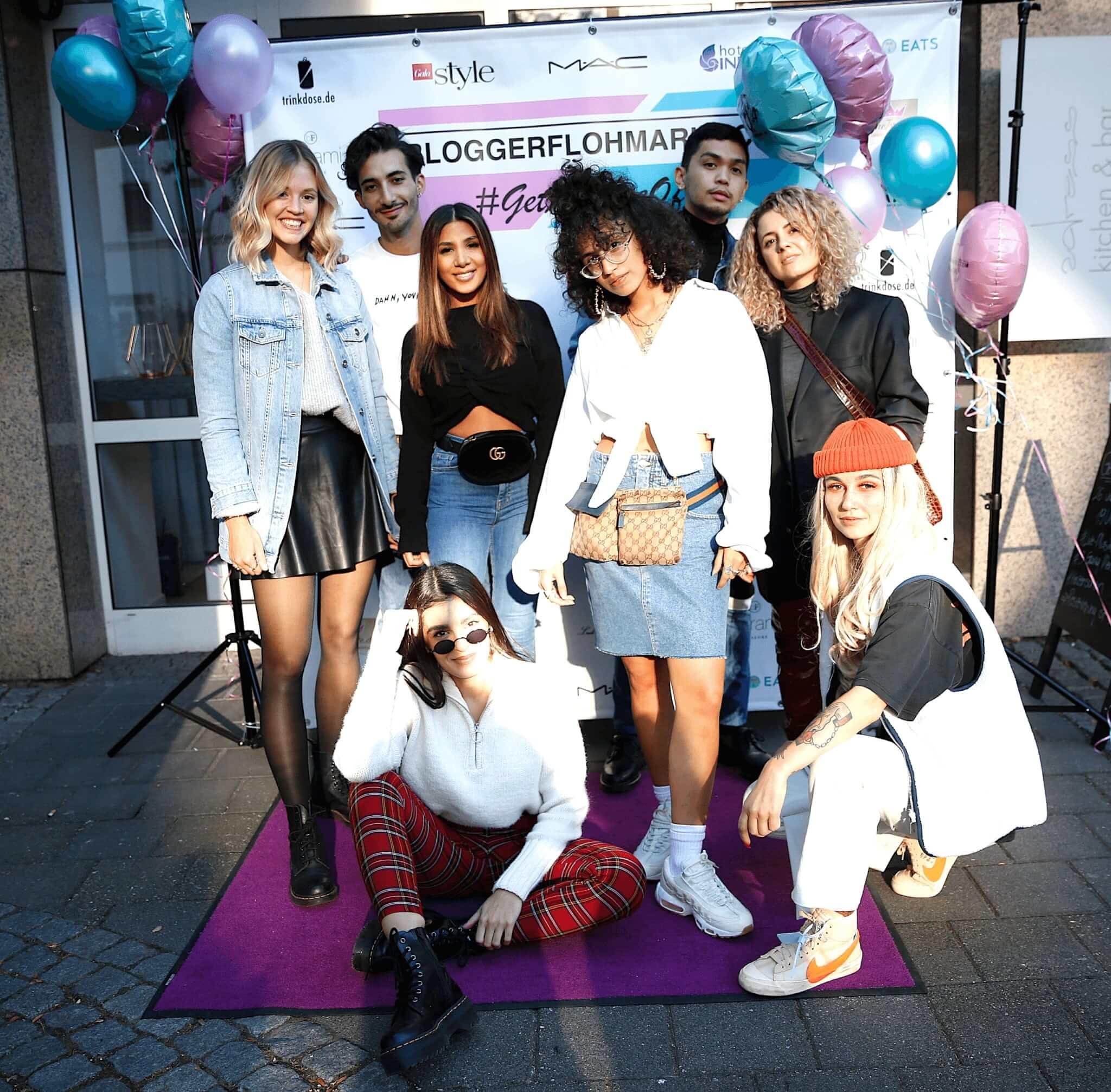 Alle 8 Blogger vor der Fotowand am Hotel Indigo Düsseldorf - Victoriaplatz, bevor der Bloggerflohmarkt begann.